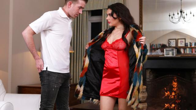 Горячий любовник трахает девушку в обе манящие тугие щелки