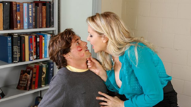 Зрелая блондинка в ярко-голубой кофте трахается с качком в колледже на столе
