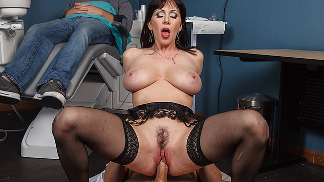 Доктор трахает зрелую пациентку на полу кабинета и кончает ей в рот
