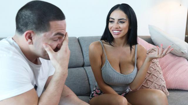 Лысый мужик прижимает деловую брюнетку сзади и имеет ее в упругую задницу
