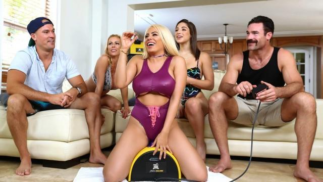Белокурая секретарша заглатывает длинный член
