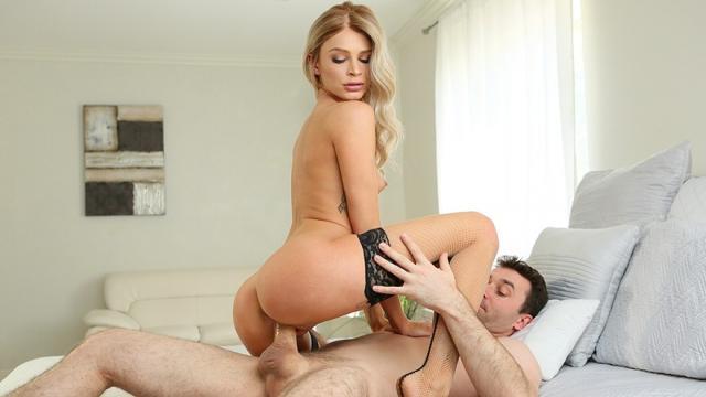 Девушка дрочит красивой грудью и умело берет за щеку