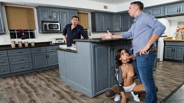Грудастая мамаша трахается с двумя мужчинами на столе во все дырочки