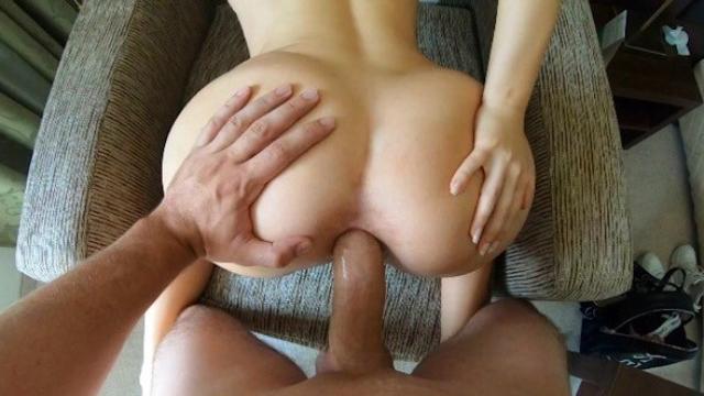 Женщина в красном платье наслаждается бурным сексом с молодчиком