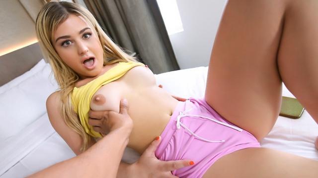 Мужик соблазняет грудастую начальницу и трахает на столе