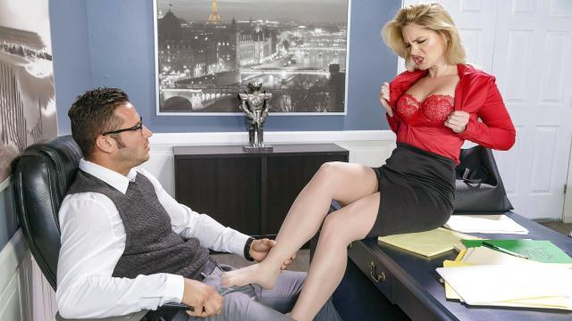 В кабинете мужик отодрал шалунью в тугую дырочку