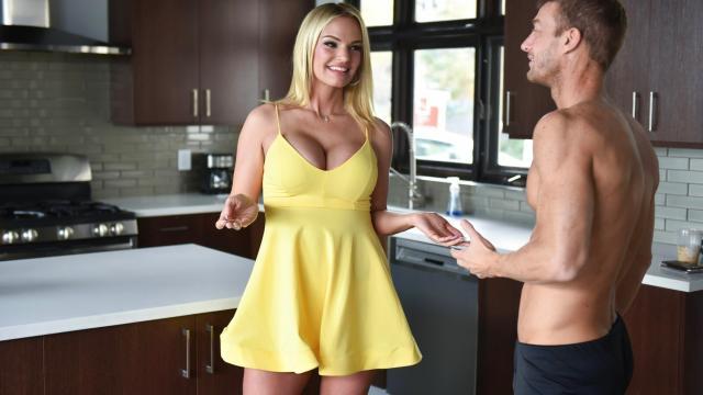 Зрелая блондинка вставляет член между сисек и возбуждает сексуального мужика
