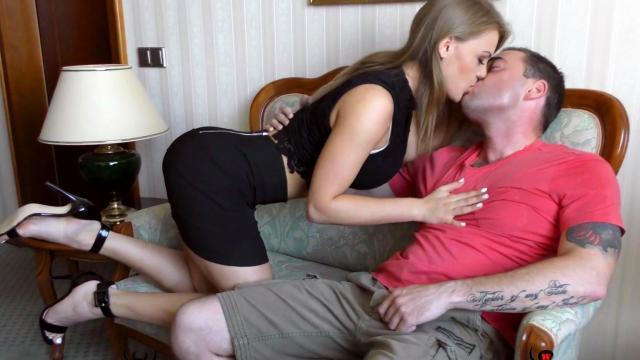 Накачанный мачо с возлюбленной занимаются сексом в незнакомкой