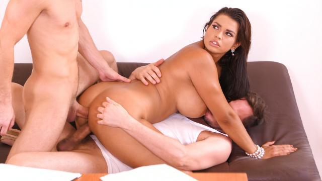 Деловую телочку босс натягивает на свой пенис