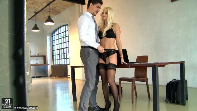 Озабоченный отец трахает на диване дочку в влажную пизденку