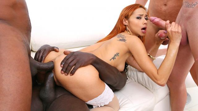 Блондинка на высоких каблуках задирает ноги перед мужиком на столе
