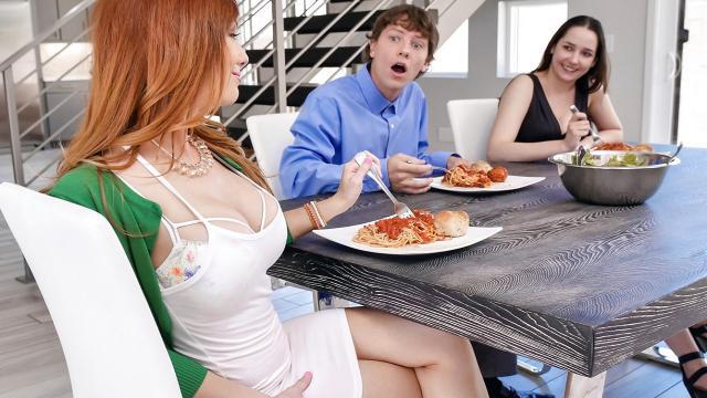 Белокурая девушка принимает в рот черный болт парня